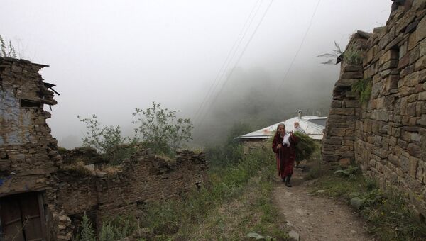 Жительницы поселка Кубачи на одной из улиц. Дагестан