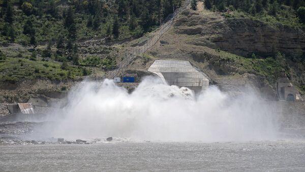 Сброс воды на Гоцатлинской гидроэлектростанции (ГЭС). Архивное фото