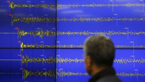 Экран с изображением сейсмических волн от взрыва водородной бомбы в КНДР, 6 января 2016