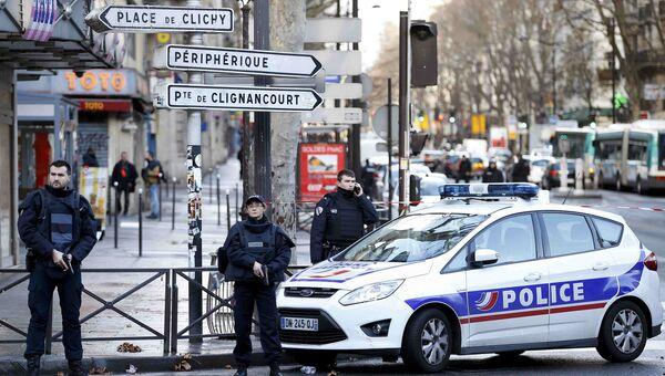 Полицейское оцепление в районе комиссариата 18-го округа в Париже, 7 января 2016