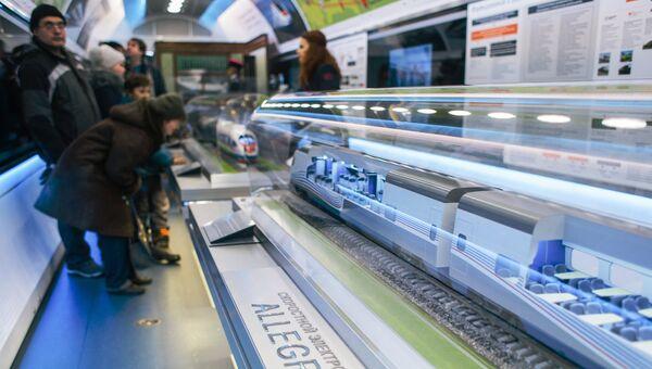 Посетители рассматривают макет скоростного поезда Аллегро (Pendolino Sm6) в передвижном выставочно-лекционном комплексе РЖД в Иваново