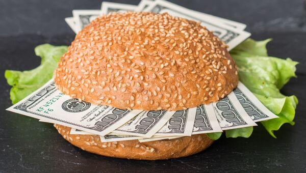 Доллары в бургере. Архивное фото