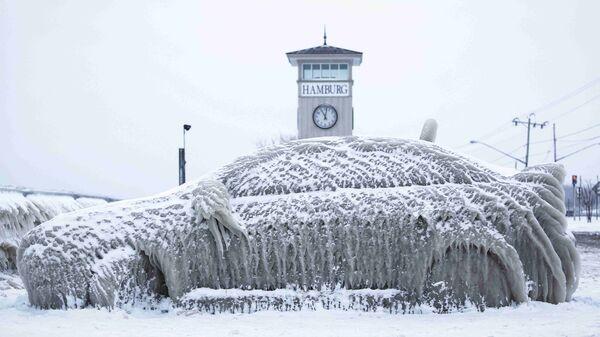 Замерзший автомобиль в Нью-Йорке, США