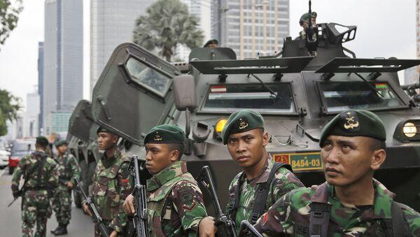 Военные Индонезии возле места взрыва в Джакарте