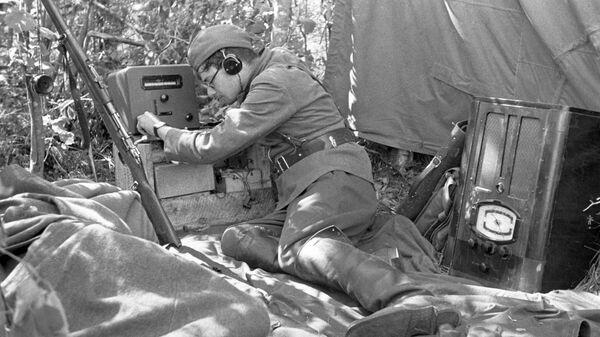 Радист-информатор принимает сводку Совинформбюро. 1942 год