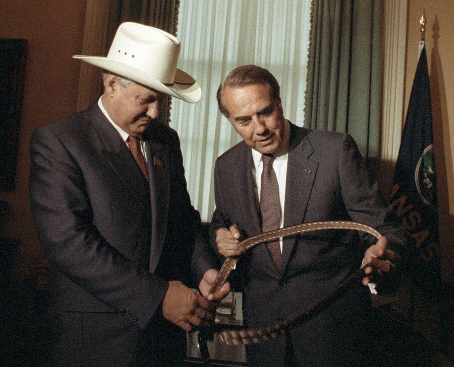 Президент России Борис Николаевич Ельцин в ковбойской шляпе принимает в подарок от сената США поясной ремень во время визита в Америку. 1991 год