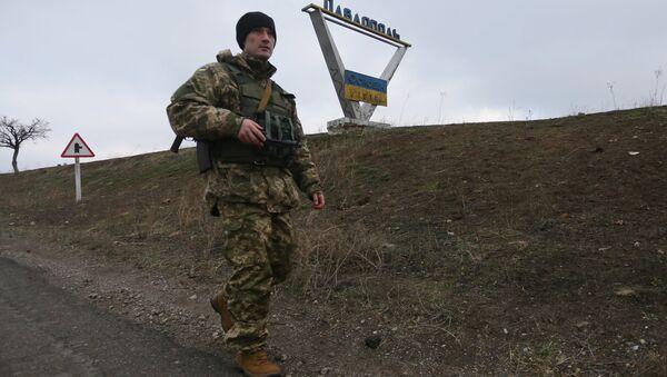 Украинский военный патрулирует окрестности села Павлополь в Донецкой области