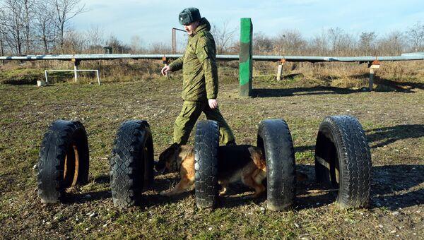 Занятия по взаимодействию военного кинолога и собаки. Архивное фото