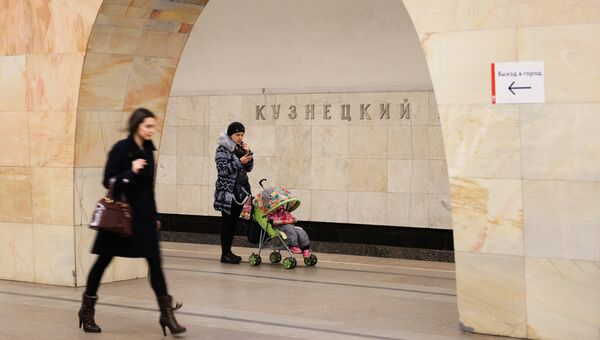 Пассажиры на станции Московского метрополитена Кузнецкий мост. Архивное фото