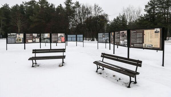 Памятные доски на месте лагеря смерт