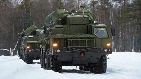 Пусковые установки зенитной ракетной систем С-400 Триумф и самоходный зенитный ракетно-пушечный комплекс Панцирь-С1 на марше в Московской области