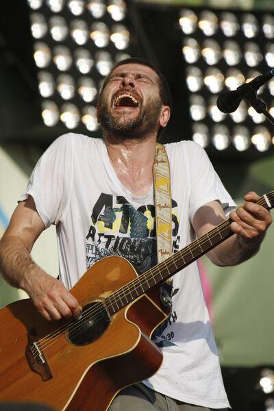 Лидер группы Сплин Александр Васильев выступает на музыкальном фестивале Сотворение мира