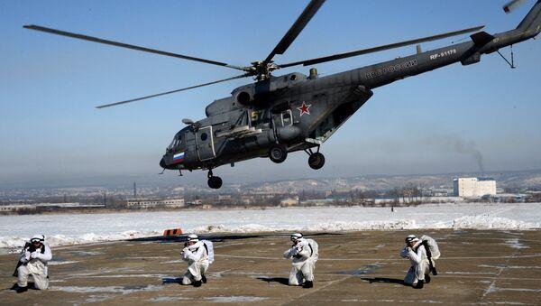 Десантники разведгруппы во время десантирования с вертолета Ми-8АМТШ для выполнения задачи в тылу условного противника на комплексных тактических учениях 83-й отдельной гвардейской десантно-штурмовой бригады ВДВ на Барановском полигоне в Приморском крае