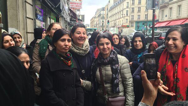 Парижские курдянки фотографируются с их героиней Несрин Абдалла