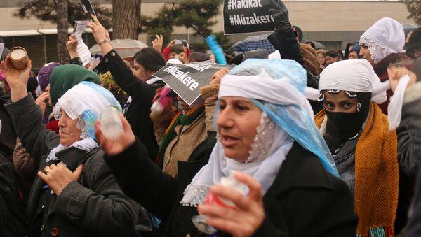 Активистки Конгресса свободных женщин проводят в турецком Диярбакыре акцию против столкновений между турецкой армией и курдами. Архивное фото