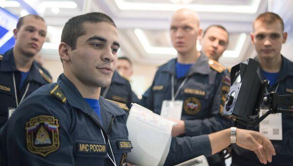 Курсант МЧС России тестирует работу аппаратно-программного комплекса. Архивное фото