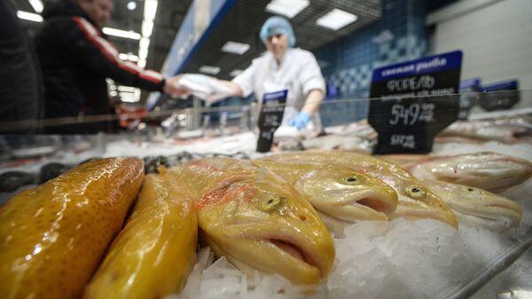 Посетитель в рыбном отделе гипермаркета