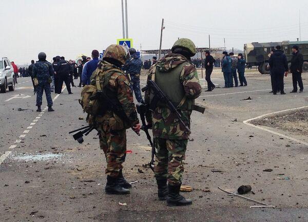 Сотрудники правоохранительных органов Дагестана около Джемикентского поста ГАИ в Дербентском районе, где 15 февраля произошел подрыв автомашины