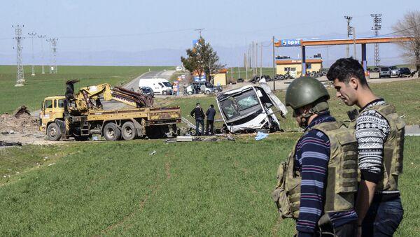 Место взрыва военного конвоя в турецкой провинции Диярбакыр.