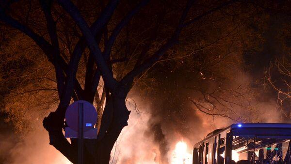 Полиция на месте взрыва у общежития для военных в центре Анкары, Турция. 17 февраля 2016 год
