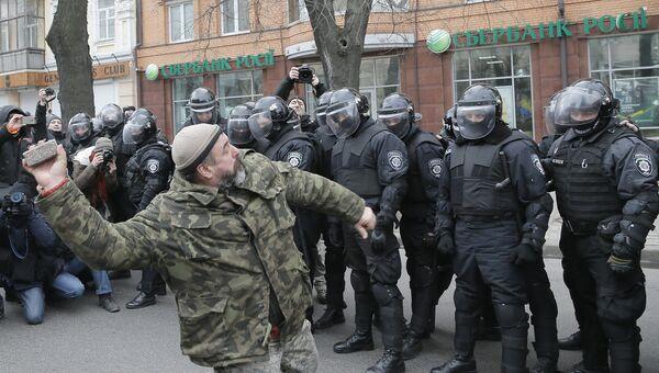 Украинский радикал бросает камень в офис Сбербанка в Киеве. 20 февраля 2016