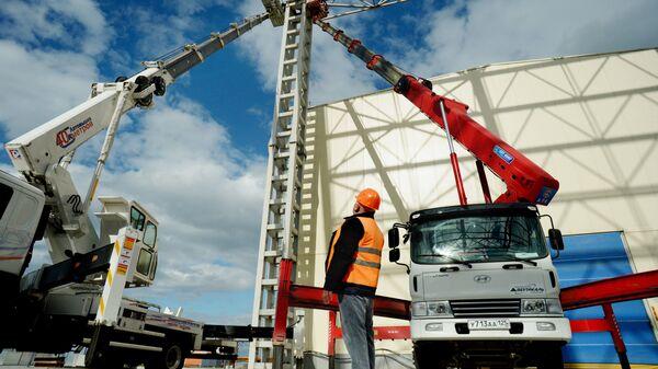 Монтаж металлоконструкций на строительстве судостроительного комплекса Звезда в городе Большой Камень Приморского края
