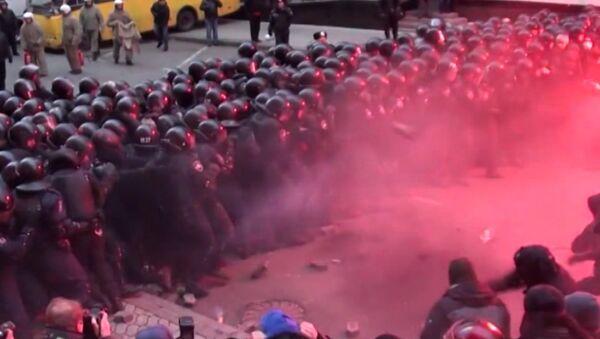 Сторонники евроинтеграции на площади Независимости в Киеве закидывают сотрудников Беркута бутылками с коктейлями Молотова. Архивное фото
