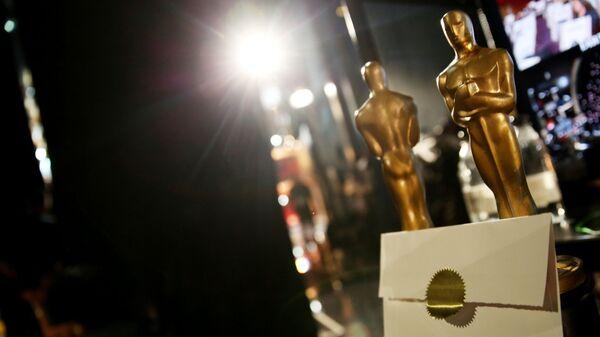 Статуэтки Оскара и конверт. Архивное фото