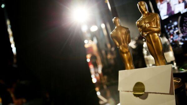 Статуэтки Оскара и конверт на репетиции перед церемонией вручения премии