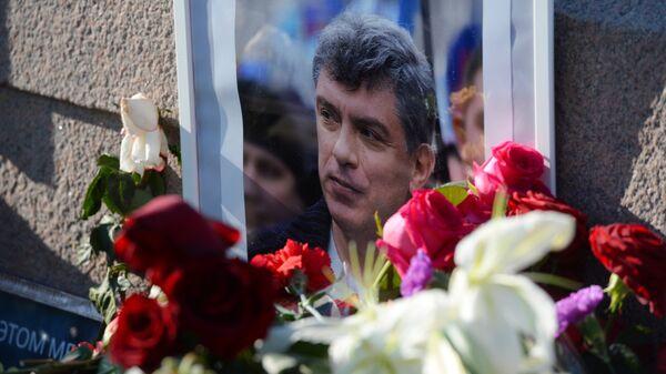 Цветы на место убийства Б.Немцова. Архивное фото