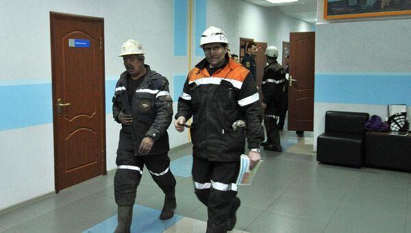Сотрудники МЧС России в здании шахты Северная в Воркуте. Архивное фото