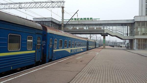 Пассажирский поезд на вокзале в Луганске