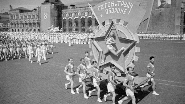 Физкультурный парад на Красной площади в Москве, 1939. Живая эмблема ГТО