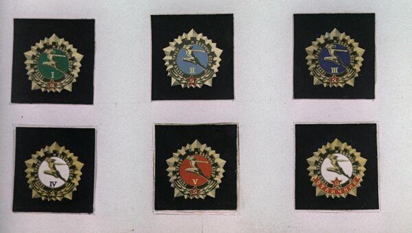 Образцы значков Готов к труду и обороне СССР I, II, III, IV, V степеней и отличника