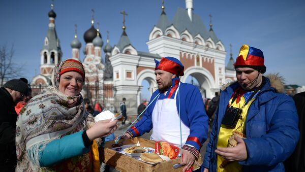 Масленичные гуляния на площади Преображенского кафедрального собора в Бердске Новосибирской области. Архивное фото