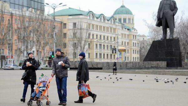 Жители Донецка гуляют на площади. Архивное фото