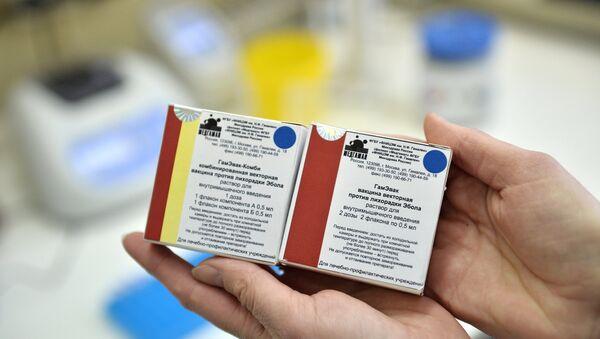 Упаковки с вакцинами против лихорадки Эбола в ГУ НИИ эпидемиологии и микробиологии имени Н.Ф. Гамалеи. Архивное фото