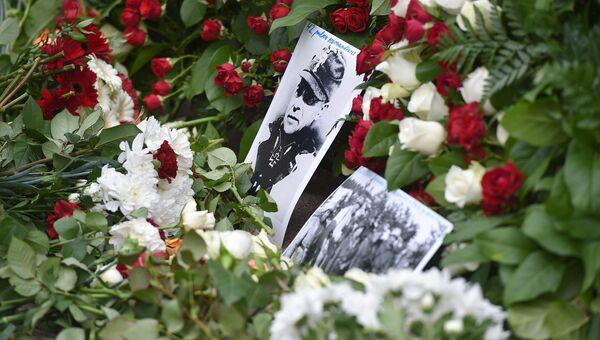 Цветы и фотографии возле памятника Свободы во время шествия легионеров СС и их сторонников в Риге, Латвия. 16 марта 2016
