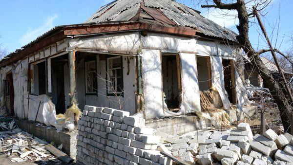Разрушенные дома в поселке Чернухино ЛНР. Архивное фото