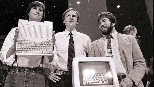 Стив Джобс, Джон Скалли и Стив Возняк во время презентации нового компьютера компании Apple в Сан-Франциско, США. 24 апреля 1984