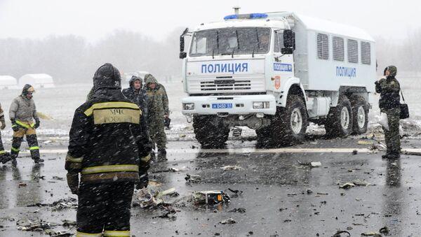 На месте крушения пассажирского самолета Boeing-737-800, который разбился при посадке в аэропорту Ростова-на-Дону