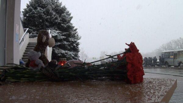 Цветы, свеча и игрушки: в Ростове-на-Дону почтили память жертв крушения Boeing
