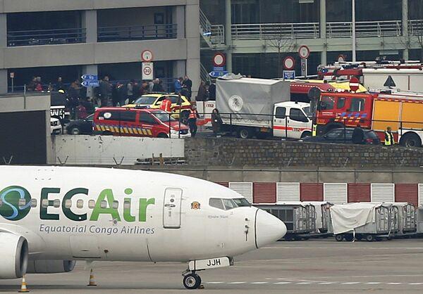 Службы спасения на месте взрывов в аэропорту Брюсселя. 22 марта 2016