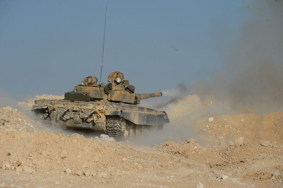 Танк Т-72 отряда ополчения Фатимиюн на переднем крае в горах в десяти километрах от Пальмиры