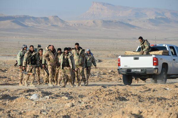 Бойцы отряда ополчения Соколы пустыни на переднем крае в 10 км от Пальмиры