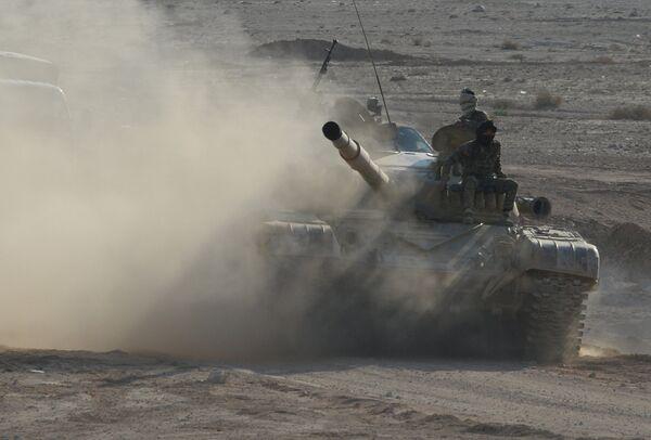 Танк Т-72 отряда ополчения Фатимиюн на переднем крае в горах в 10 км от Пальмиры
