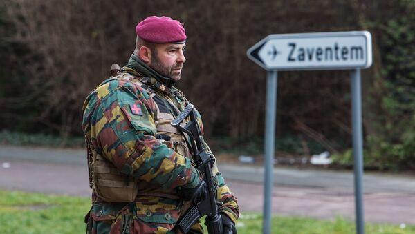 Военнослужащий обеспечивает безопасность в Брюсселе. Архивное фото