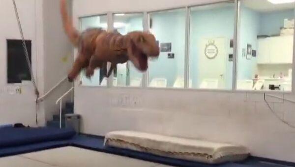 Тираннозавтр прыгает на батуте