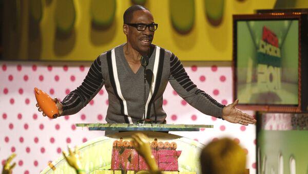 Актер Эдди Мерфи принимает награду церемонии Nickelodeon Kids' Choice Awards в Лос-Анджелесе