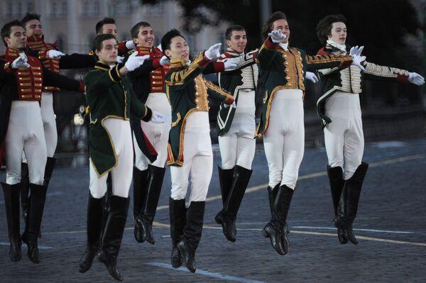 Участники театрализованного представления во время торжественной церемонии закрытия военно-музыкального фестиваля Спасская башня